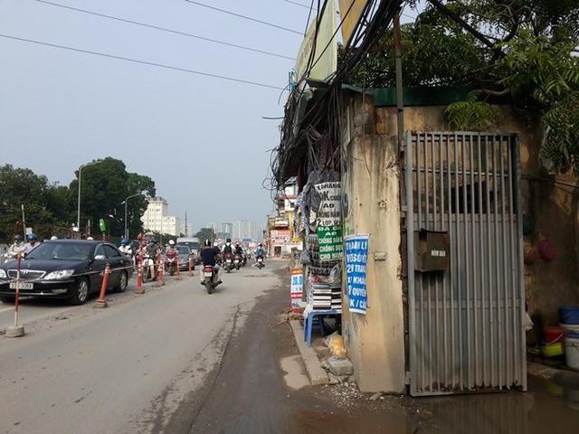 Tại khu vực cầu Phương Liệt, còn nhiều ki-ốt chưa giải tỏa được, khiến đường Trường Chinh bị thu hẹp trông thấy.