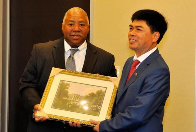 Phó chủ tịch Raymond E Jones tặng tranh lưu niệm cho Chủ tịch HĐTV Tập đoàn Nguyễn Xuân Sơn