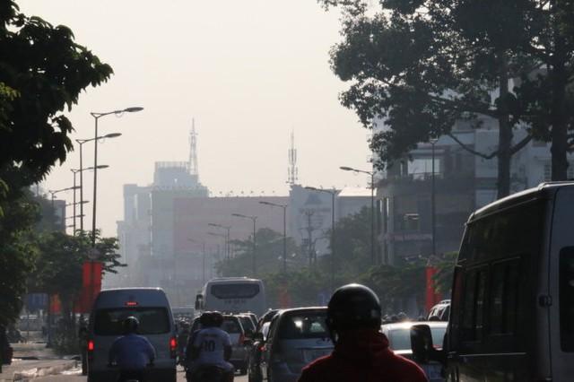 """""""Mù khô"""" dày đặc ở khu vực đường Hoàng Văn Thụ dù đã 8g sáng - Ảnh: Yến Trinh"""