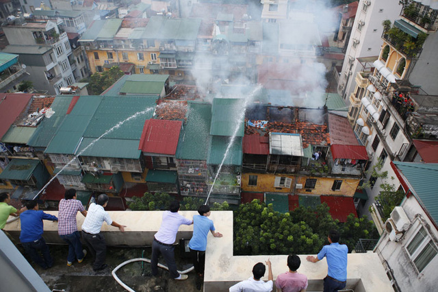 Phun nước từ tầng 9 của Bộ TT-TT xuống đám cháy.
