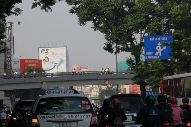 Cầu vượt nút giao thông Lăng Cha Cả chìm trong màn mù - Ảnh: Yến Trinh