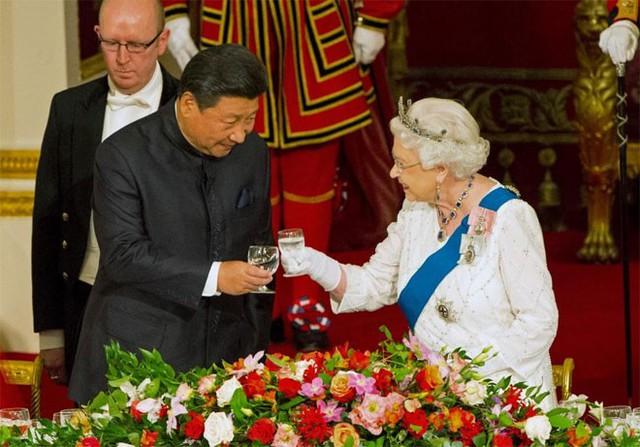 Ông Tập Cận Bình nâng ly cùng nữ hoàng Elizabeth II trong quốc yến tại cung điện Buckingham ngày 20/10 - Ảnh: Reuters.