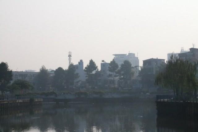 Kênh Nhiêu Lộc - Thị Nghè bị màn mù khô bao phủ - Ảnh: Yến Trinh