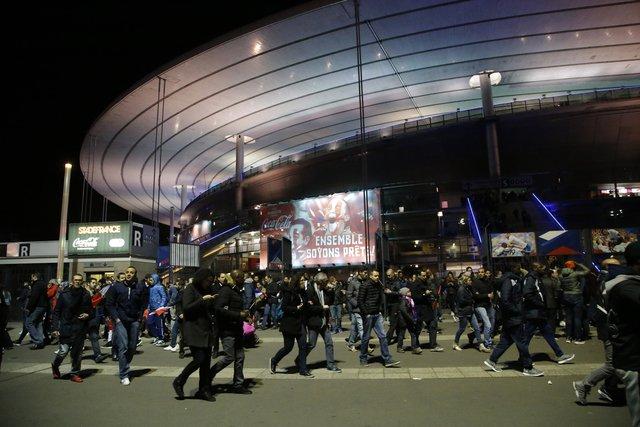 Cảnh sát hướng dẫn người dân rời khỏi sân vận động Stade de France. Người ta nghe thấy ít nhất 2 tiếng nổ lớn.