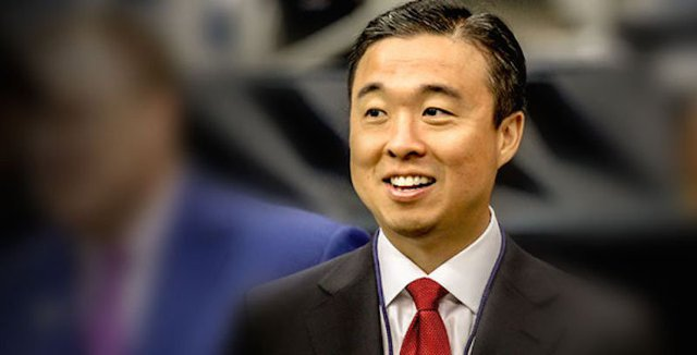 Được biết đến là đồng sở hữu của đội bóng San Francisco 49ers, Gideon Yu là phó chủ tịch cấp cao và thủ quỹ của Yahoo từ năm 2002 - 2006, nơi ông giám sát hoạt động đầu tư của công ty tại Alibaba và mua lại Flickr. Ông rời Yahoo để trở thành giám đốc tài chính của Youtube, sau đó là Facebook trước khi ông trở thành đồng sở hữu và là chủ tịch của SF 49ers năm 2011. Ông từ chức chủ tịch năm 2014 và là đồng sáng lập một công ty mới tên là Eva Automation.