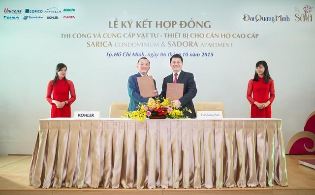 Ông Võ Mậu Quốc Triển, Chủ tịch Công ty Rita Võ (bên trái) và ông Trần Bá Dương - Tổng giám đốc Công ty cổ phần Đại Quang Minh ký kết hợp đồng cung cấp thiết bị phòng tắm Kohler cho Dự án căn hộ cao cấp Sarica Condominium và Sadora Apartment thuộc Khu đô thị Sala.