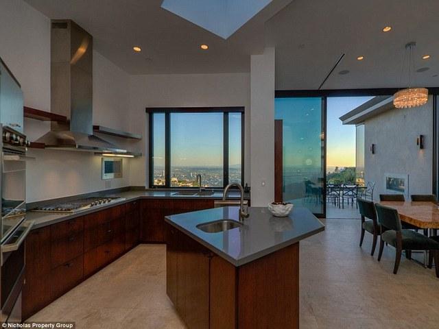 Một phòng bếp được thiết kế theo phong cách rất hiện đại, rộng rãi và thoáng mát.