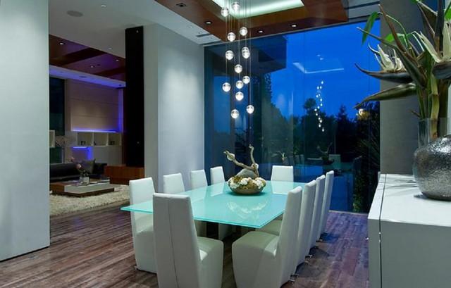 Những chiếc màn hình cảm ứng có giá lên đến hơn 80.000 USD được bố trí xung quanh các căn phòng. Khách thăm nhà chỉ với một thao tác chạm, bức tranh nghệ thuật, hoặc ảnh sẽ hiện ra ngay trên màn hình. Màn hình cảm ứng được kết nối qua một thiết bị lưu trữ có giá bán hơn 150.000 USD.