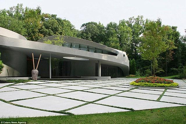 Ngôi biệt thự tại Atlanta, Georgia (Mỹ) thuộc sở hữu của Dallas Austin - một nhà sản xuất âm nhạc có tiếng. Justin Bieber cũng đã từng ở trong ngôi biệt thự sang trọng này trong 3 tháng năm 2014.