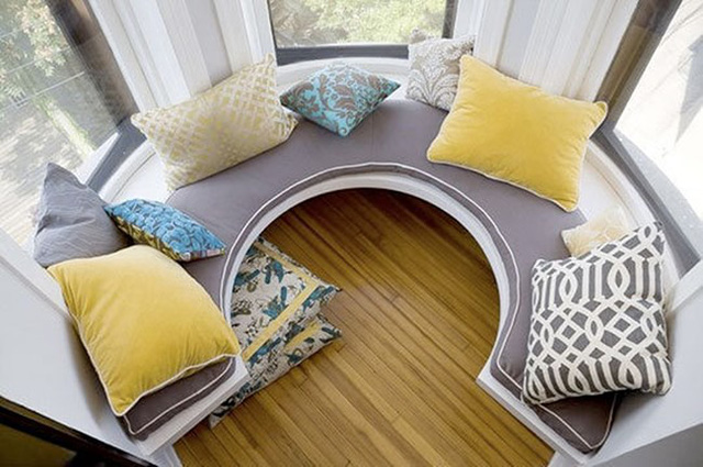 Nếu ban công nhà bạn không được vuông vắn thì kiểu thiết kế ghế vòm hình tròn này sẽ tận dụng tối đa diện tích cầu thang nhà bạn để làm nơi thư giãn.