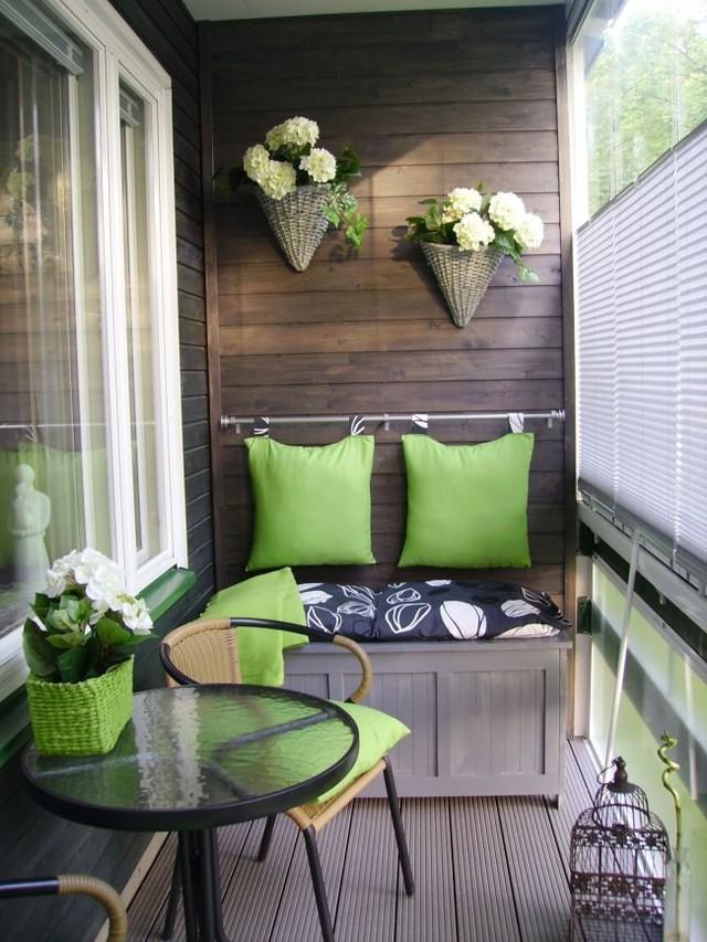 Với bộ bàn tròn, cùng những chiếc gối màu xanh nhà bạn sẽ có một góc thư giãn lý tưởng.