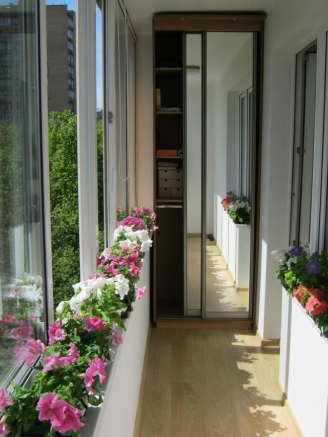 Một cách nữa mà rất hay được mọi người áp dụng, đó chính là trồng hoa trên ban công bằng những chậu hoa nhỏ và xinh xắn.