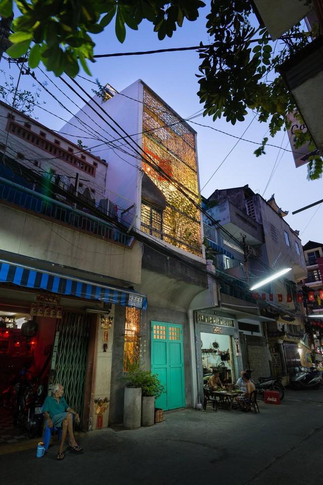 """Saigon House được giới thiệu là công trình hoài niệm về không gian xưa cũ của Sài Gòn – Gia Định xưa. Ngôi nhà cổ với số tuổi khoảng 150 năm, ở số 9/1 Nguyễn Thiện Thuật, quận Bình Thạnh - TPHCM, mà sinh thời chủ nhân là cụ Vương Hồng Sển gọi là """"vuông nhà cổ tích"""" và đặt tên nhà là Vân Đường Phủ."""