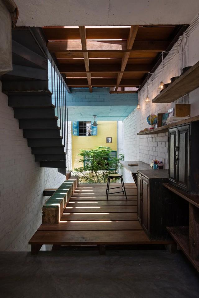 Với thiết kế độc đáo của các kiến trúc sư, Công ty kiến trúc a21studio đã tạo dấu ấn thực sự cho ngôi nhà bằng việc tận dụng ánh sáng tự nhiên, áp dụng kiến trúc xanh trong kiến trúc nhà phố, phân bổ không gian phá cách....