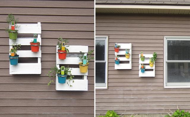 Sáng tạo hơn một chút bạn có thể tận dụng những vật dụng bằng nhựa nhiều màu sắc gắn cố định trên những thanh gỗ sơn màu trắng để trồng cây. Đây là một cách tạo cảm giác gần gũi với thiên nhiên.