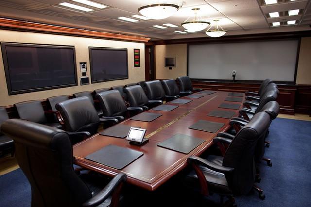 Phòng rộng hơn 500 m2 là phòng họp và trung tâm quản lý tình báo, nằm ở tầng hầm của Cánh Tây. Căn phòng được trang bị nhiết thiết bị bảo mật, thông tin liên lạc hiện đại.