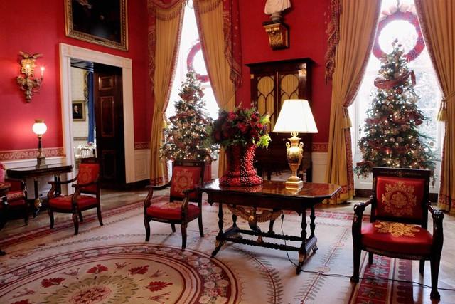Phòng Đỏ (Red Room) là tên gọi của căn phòng với màu đỏ trang trí. Hầu hết các đồ nội thất trong phòng đều sử dụng màu này. Qua nhiều năm, căn phòng này vẫn được các Đệ nhất Phu nhân sử dụng để tiếp khách.