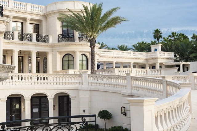 Tháng 9/2014, Le Palais Royal được rao bán lần đầu tiên với giá 139 triệu USD.