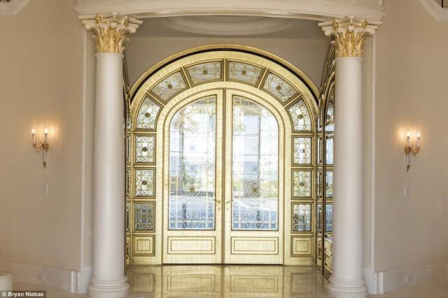 Siêu biệt thự Le Palais Royal có vị trí vô cùng đắc địa, nó nằm giữa Đại Tây Dương.