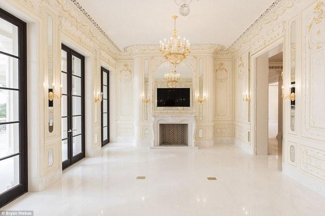 Trên các bức tường của tòa biệt thự được gắn bằng các lớp thạch cao tạo sự sang trọng và tinh tế cho căn phòng.