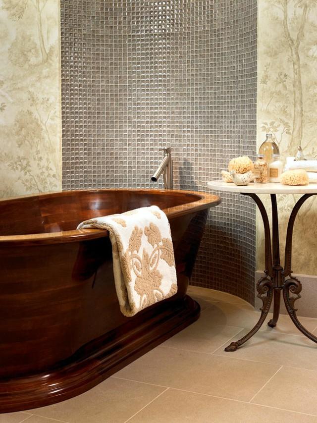 Với màu nâu sang trọng, những chiếc bồn tắm bằng gỗ khá dễ dàng phối với bất cứ màu sơn tường nào.