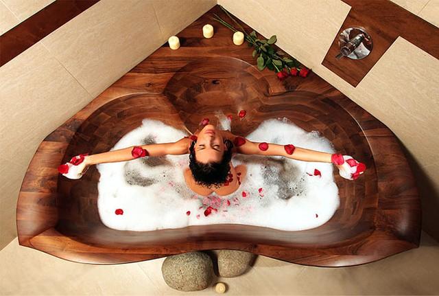 Sau một ngày làm việc căng thẳng, không có gì tuyệt vời hơn khi được hòa mình vào làn nước ấm trong chiếc bồn tắm gỗ hình trái tim với mùi thơm quyến rũ nhẹ nhàng của gỗ kết hợp với hương hoa hồng nồng nàn.