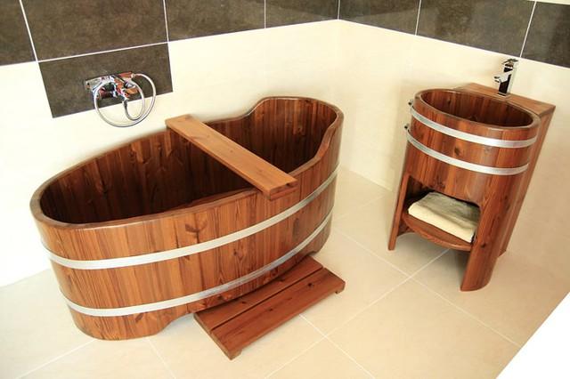 Để chiếc bồn tắm tôn vẻ đẹp cho ngôi nhà của bạn thì bạn cần sắm thêm những đồ nội thất gỗ khác.