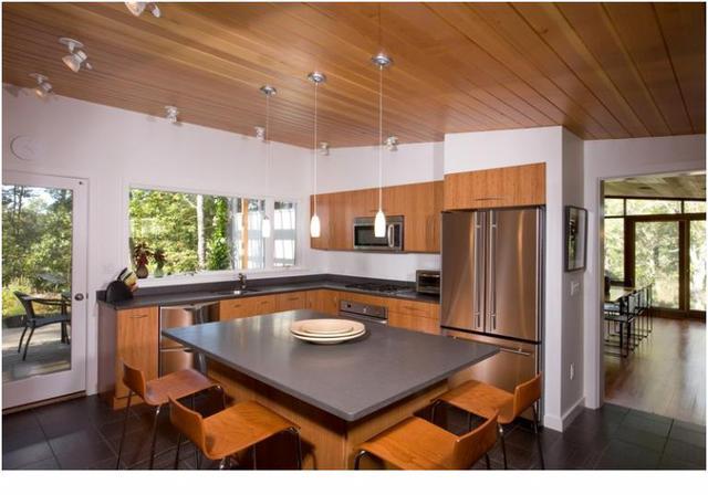 Bạn cũng có thể dùng ván gỗ để ốp lên trần nhà. Kiểu thiết kế này mang đến cho căn nhà bạn một phong cách kiến trúc thời trung đại.