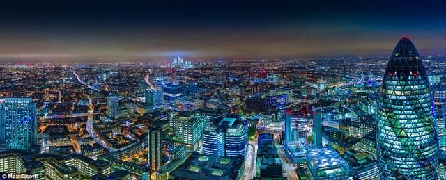 Bức ảnh toàn cảnh màu xanh đậm này được chụp từ sân thượng tòa nhà Heron Tower.