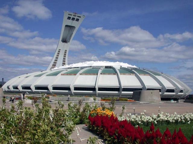 Montreal Tower bên cạnh tổ hợp Olympic Stadium