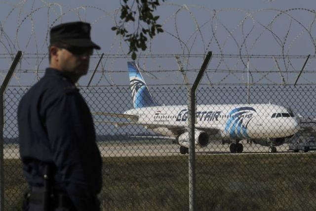 Cảnh sát ở sân bay Larnaca