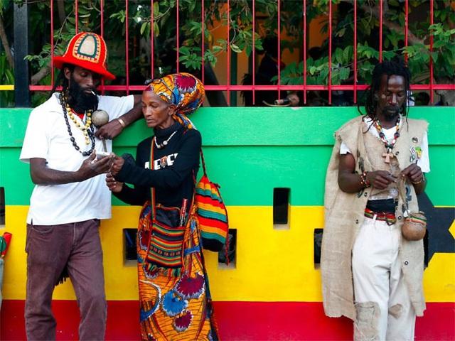 <b></div><div></div></div><p> </p>4. Jamaica</b><p><i>Tỷ lệ nợ công/GDP: 138,9%</i></p><p>Ngành dịch vụ đóng góp 80% GDP của Jamaica. Tuy nhiên, tội phạm nhiều, tham nhũng, và mức thất nghiệp cao đã kéo lùi tăng trưởng ucuar nền kinh tế nước này. Theo khuyến cáo của Quỹ Tiền tệ Quốc tế (IMF), Jamaica cần cải cách hệ thống thuế và thực thi nhiều biện pháp cần thiết khác để giảm nợ.