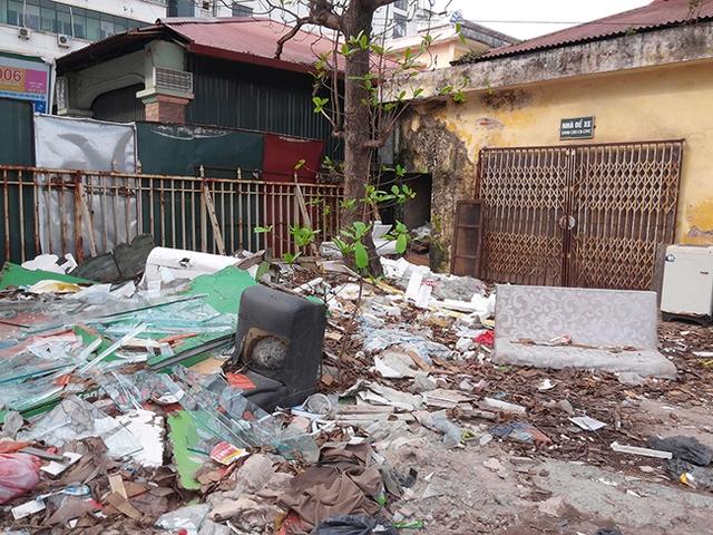 Để hoang quá lâu, một phần dự án đã trở thành bãi rác thải.