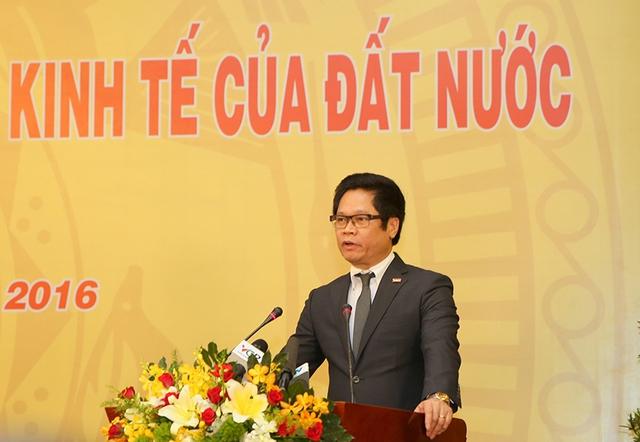 Chủ tịch VCCI Vũ Tiến Lộc báo cáo tình hình hoạt động của DN, hiến kế tạo môi trường kinh doanh thuận lợi, lành mạnh và bình đẳng; kiến nghị giải quyết khó khăn, vướng mắc cho DN. Ảnh: VGP