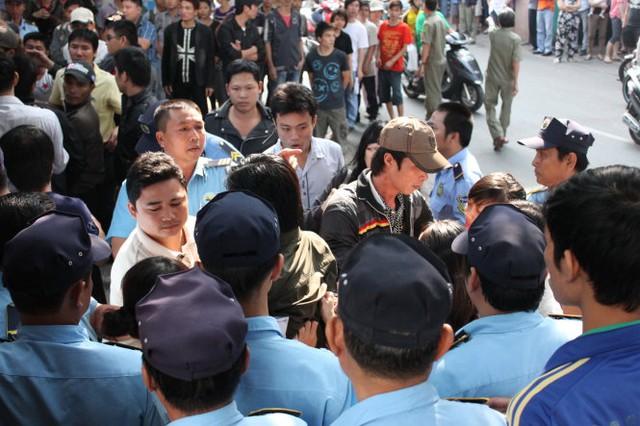 Hai phe tranh chấp quyền kiểm soát cơ sở của trường tại đường Nguyễn Trọng Tuyển, quận Tân Bình năm 2013. Ảnh: Minh Giảng