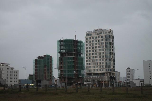 Các khách sạn từ 4-12 tầng xây dựng san sát nhau bên đường biển Võ Nguyên Giáp. Ảnh: Nhiệt Băng.