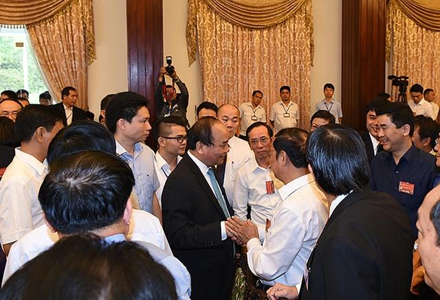 Thủ tướng Nguyễn Xuân Phúc tiếp xúc, trò chuyện với các đại biểu trước giờ khai mạc Hội nghị. Ảnh: VGP