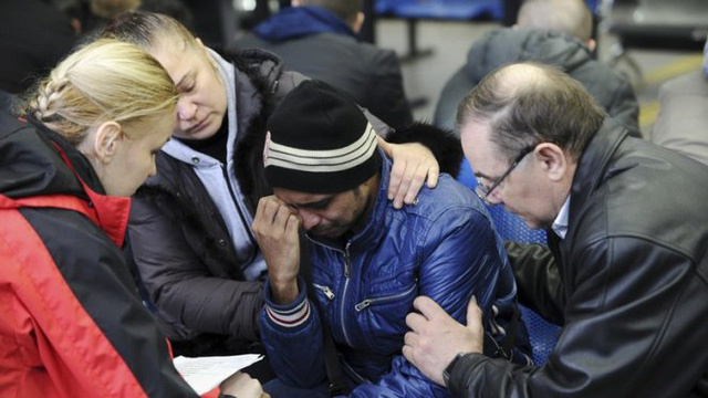 Thân nhân những người bị nạn đau khổ trước tai nạn thảm khốc - Ảnh: Reuters