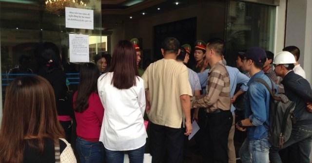 Người dân xếp hàng trước cổng sau Ngân hàng Nhà nước (16 Tông Đản) mua tiền lưu niệm 100 đồng