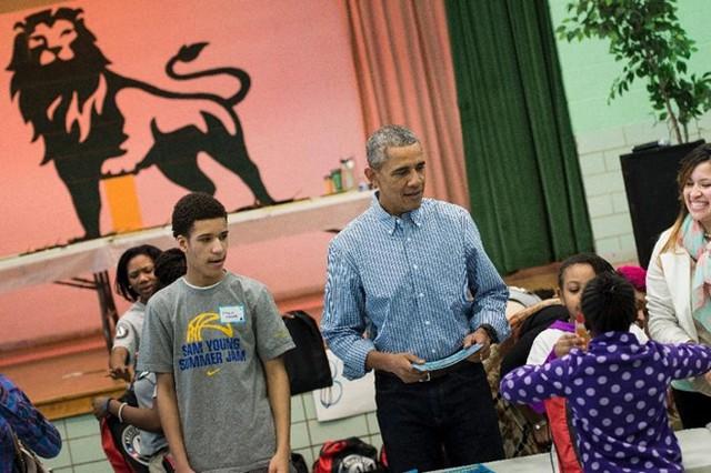 Tổng thống Obama phát sách cho trẻ em ở Trường tiểu học Leckie vào tháng 1/2016. Ảnh: AFP