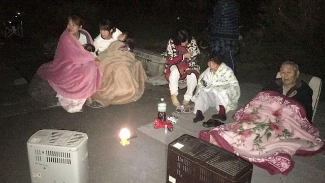 Người dân được sơ tán ngay sau khi có động đất - Ảnh: Reuters