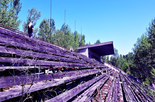 Hàng ghế sân vận động ở Pripyat sau hàng chục năm