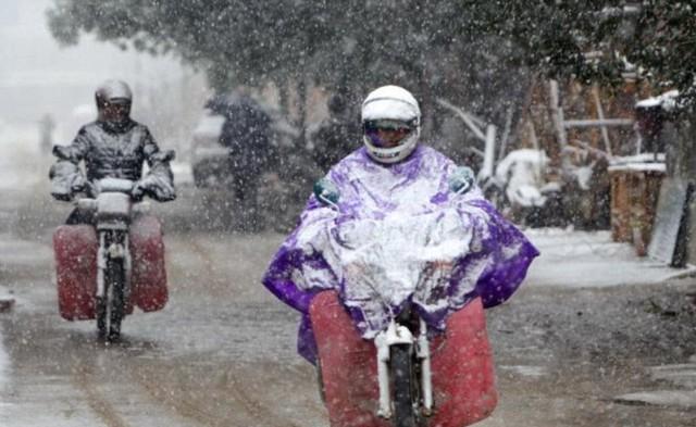 Người dân đi lại vất vả trong giá rét ở thành phố Cửu Giang, tỉnh Giang Tây - Ảnh: Peoples Daily