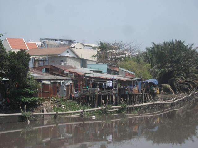 Cuộc sống thường nhật của người dân ở trên kênh rạch hôi thối là: ăn, ngủ và thậm chí phóng uế thẳng xuống dòng kênh.