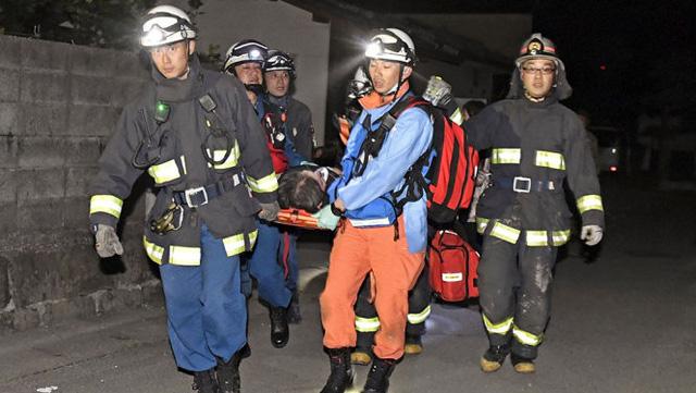 Lực lượng cứu hộ đưa những người bị thương ra khỏi đống đổ nát - Ảnh: Reuters