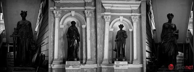 Những bức phù điêu và tượng tượng trưng cho sự công bằng của luật pháp xuất hiện ở nhiều nơi trong tòa nhà.