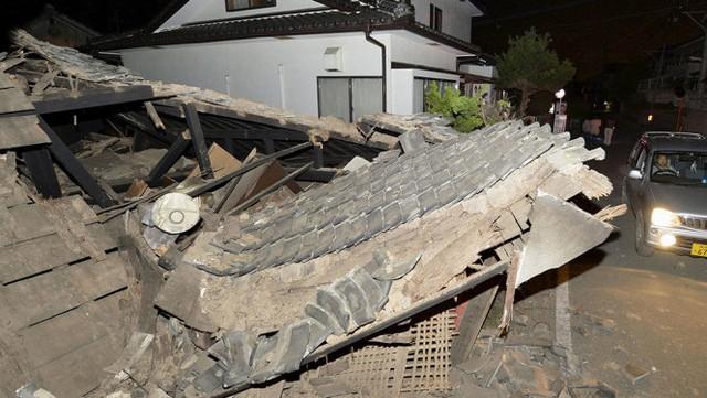 Một căn nhà đổ sập hoàn toàn ngay sau trận động đất - Ảnh: Reuters