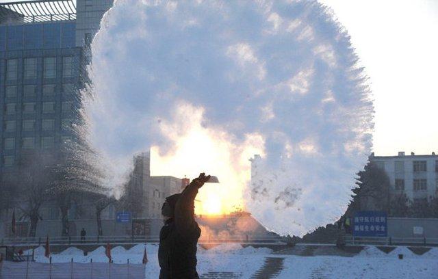 Trời lạnh khiến nước sôi cũng đóng băng ngay khi được tạt ra - Ảnh: Xinhua