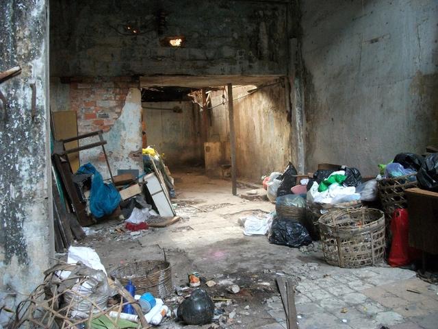 Nơi tập kết rác của 10 hộ dân đang sinh sống tại chung cư Nguyễn Cư Trinh. Nhiều người sợ phải mang từ trên cao xuống, nhiều khi vứt đại từ cửa sổ xuống thẳng tầng dưới.