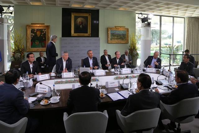 Thủ tướng Singapore Lý Hiển Long viết: Trong phiên họp sáng nay, chúng tôi thảo luận về an ninh hàng hải, khủng bố và biến đổi khí hậu
